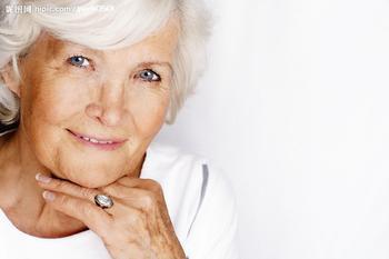 老年白癜风临床症状该怎样缓解